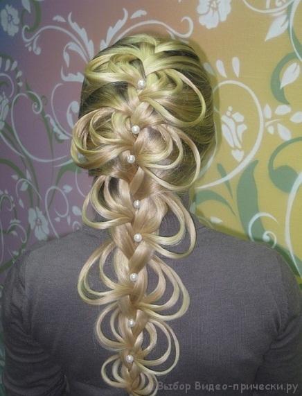 Ажурные косички отлично выглядят в паре с красочными аксессуарами для волос, а также жемчужными шпильками...